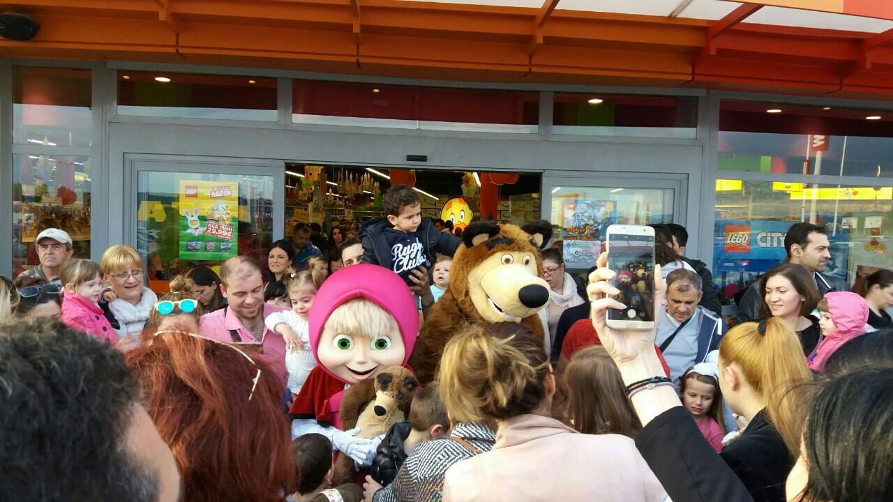 Mmadeira b rights kids in athens thessaloniki and crete had the opportunity this easter to meet masha and the bear in moustakas stores in special meet and greet events kristyandbryce Gallery